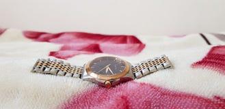 Reloj de Gucci del oro con la correa de plata imagen de archivo libre de regalías