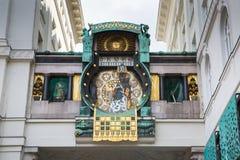 Reloj de Jugendstil Ankeruhr Viena en Hoher Markt Fotografía de archivo