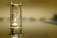 Reloj de la arena en el cuarto de tarjeta vacío Imágenes de archivo libres de regalías