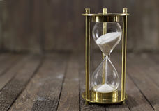 Reloj de la arena en la madera Imágenes de archivo libres de regalías