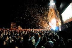 Reloj de la audiencia un concierto, mientras que lanza confeti de la etapa en el sonido 2013 de Heineken Primavera Imágenes de archivo libres de regalías