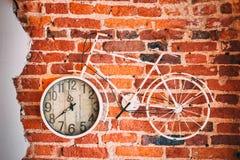 Reloj de la bicicleta en la pared foto de archivo