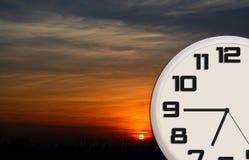 Reloj de la buena mañana con paisaje del amanecer Imágenes de archivo libres de regalías