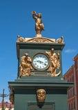 Reloj de la calle, adornado con las figuras doradas Foto de archivo libre de regalías