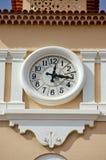 Reloj de la calle en fachada de la casa Imagenes de archivo