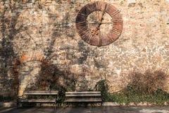 Reloj de la catedral de Zagreb en la pared de piedra fotos de archivo