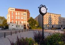 Reloj de la ciudad en la parte central de Gliwice durante puesta del sol Imagen de archivo