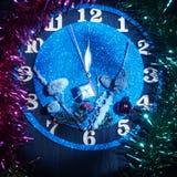 Reloj de la fantasía Demostración de las flechas cerca de doce horas Pronto el Año Nuevo Fotos de archivo libres de regalías