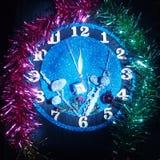 Reloj de la fantasía Demostración de las flechas cerca de doce horas Pronto el Año Nuevo Fotografía de archivo
