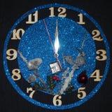 Reloj de la fantasía Demostración de las flechas cerca de doce horas Pronto el Año Nuevo Imágenes de archivo libres de regalías