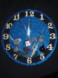 Reloj de la fantasía Demostración de las flechas cerca de doce horas Pronto el Año Nuevo Foto de archivo libre de regalías