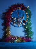 Reloj de la fantasía Demostración de las flechas cerca de doce horas Pronto el Año Nuevo Fotos de archivo