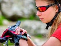 Reloj de la muchacha de la bicicleta en los relojes Fotos de archivo