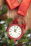 Reloj de la Navidad, cajas de regalo y árbol de abeto de la nieve Imágenes de archivo libres de regalías