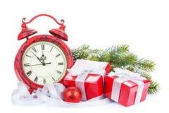 Reloj de la Navidad, cajas de regalo y árbol de abeto de la nieve Fotografía de archivo