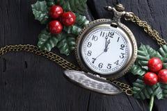 Reloj de la Navidad con la decoración del invierno Concepto de la Feliz Año Nuevo Foto de archivo libre de regalías