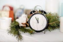 Reloj de la Navidad con la decoración del invierno Foto de archivo