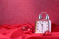 Reloj de la Navidad Decoración del ` s del Año Nuevo con las bolas y el árbol de la Navidad Concepto de la celebración por Año Nu Fotografía de archivo