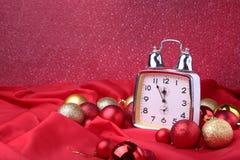 Reloj de la Navidad Decoración del ` s del Año Nuevo con las bolas y el árbol de la Navidad Concepto de la celebración por Año Nu Imagen de archivo