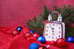 Reloj de la Navidad Decoración del ` s del Año Nuevo con las bolas y el árbol de la Navidad Concepto de la celebración por Año Nu Imágenes de archivo libres de regalías