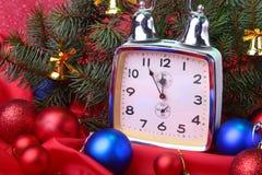 Reloj de la Navidad Decoración del ` s del Año Nuevo con las bolas y el árbol de la Navidad Concepto de la celebración por Año Nu Fotos de archivo libres de regalías