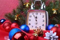 Reloj de la Navidad Decoración del ` s del Año Nuevo con las bolas y el árbol de la Navidad Concepto de la celebración por Año Nu Imagenes de archivo