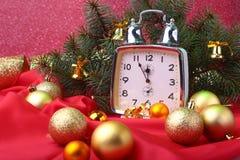 Reloj de la Navidad Decoración del ` s del Año Nuevo con las bolas y el árbol de la Navidad Concepto de la celebración por Año Nu Foto de archivo libre de regalías
