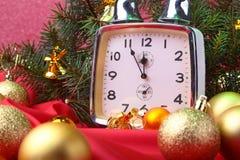 Reloj de la Navidad Decoración del ` s del Año Nuevo con las cajas de regalo, las bolas de la Navidad y el árbol Concepto de la c Imagen de archivo