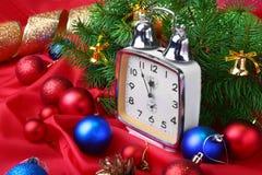 Reloj de la Navidad Decoración del ` s del Año Nuevo con las cajas de regalo, las bolas de la Navidad y el árbol Concepto de la c Foto de archivo libre de regalías