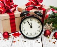 Reloj de la Navidad en un fondo de madera Imagen de archivo