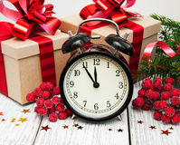 Reloj de la Navidad en un fondo de madera Foto de archivo libre de regalías