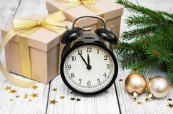 Reloj de la Navidad en un fondo de madera Fotos de archivo