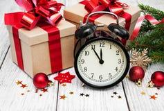 Reloj de la Navidad en un fondo de madera Imagen de archivo libre de regalías