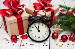 Reloj de la Navidad en un fondo de madera Imagenes de archivo