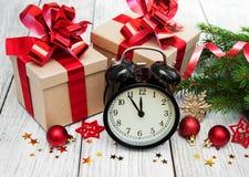 Reloj de la Navidad en un fondo de madera Foto de archivo