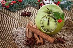 Reloj de la Navidad en una manzana Fotos de archivo