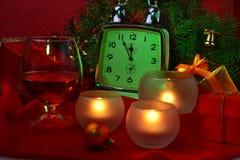 Reloj de la Navidad, vidrio con el coñac o whisky y velas Decoración del ` s del Año Nuevo con las cajas de regalo, las bolas de  Fotos de archivo