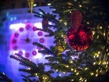 Reloj de la Navidad y árbol de abeto en Moscú Fotos de archivo
