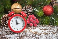 Reloj de la Navidad y rama del abeto Imágenes de archivo libres de regalías