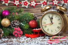 Reloj de la Navidad y rama del abeto Fotos de archivo libres de regalías