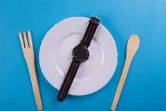 Reloj de la visión superior en un plato imágenes de archivo libres de regalías