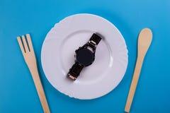 Reloj de la visión superior en un plato fotografía de archivo libre de regalías