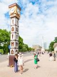 Reloj de Laima en el cuadrado cerca del monumento de la libertad en Riga, Letonia fotos de archivo
