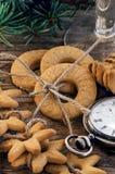 Reloj de las galletas del pan de jengibre y del suizo del vintage Fotos de archivo libres de regalías