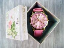 Reloj de las señoras en caja de regalo Foto de archivo