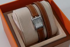 Reloj de lujo de las mujeres de Hermes en caja del presente de la casa Foto de archivo
