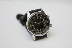 Reloj de lujo para hombre del buceador con la correa sintética aislada en blanco Imagen de archivo