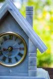Reloj de mármol en la madera Imágenes de archivo libres de regalías