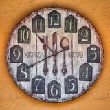 Reloj de madera en la pared cerca del café Foto de archivo libre de regalías