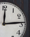 Reloj de madera viejo parcial imagen de archivo